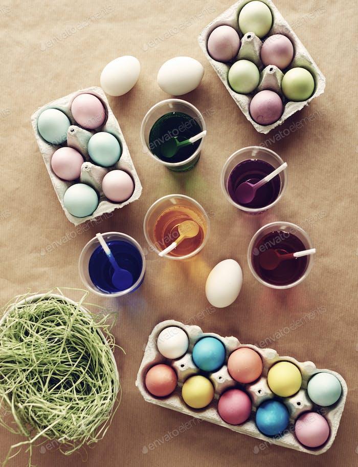 Alle gekochten Eier sind bereit zu färben