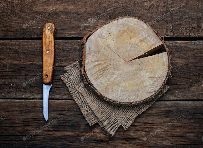 Schneidebrett und Messer aus Holz.