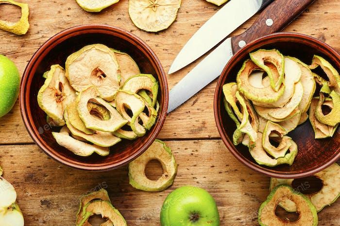 Apfelchips mit frischen Äpfeln