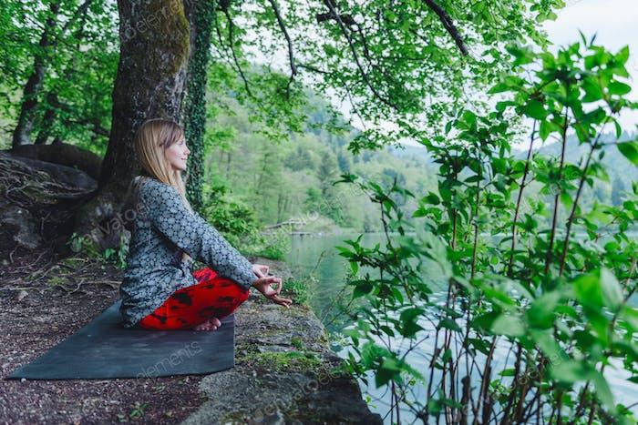 Meditando junto al lago