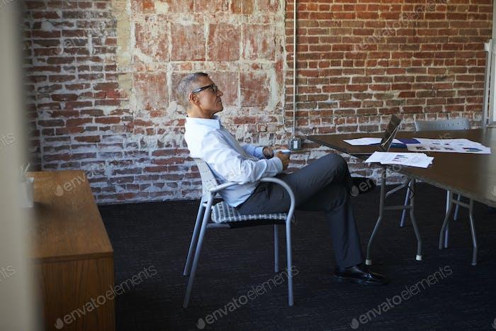 вдумчивый зрелые бизнесмен в зал заседаний