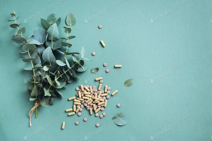 Eukalyptuskapseln auf grünem Hintergrund mit Kopierraum. Präventions- und Gesundheitskonzept