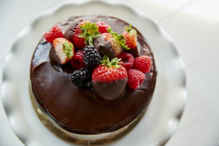 Frisch gebackener Kuchen mit Buttercreme-Zuckerguss auf Ständer