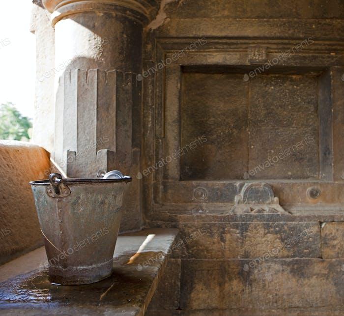 Sas- Bahu Tempel in Udaipur, ein kleiner Pavillon mit traditionellen Wascheinrichtungen.