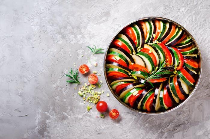 Ratatouille. Plato de verduras casero tradicional. Comida vegetariana vegana. Espacio de copia. Banner