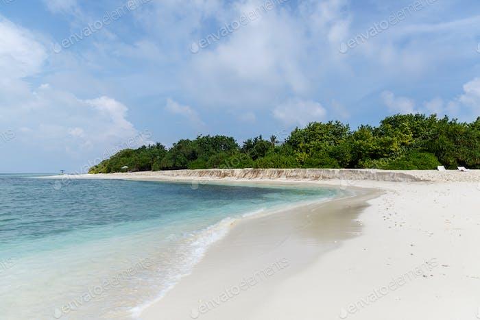 schöner malerischer Blick auf leeren Strand und Meer, Malediven, Thoddoo