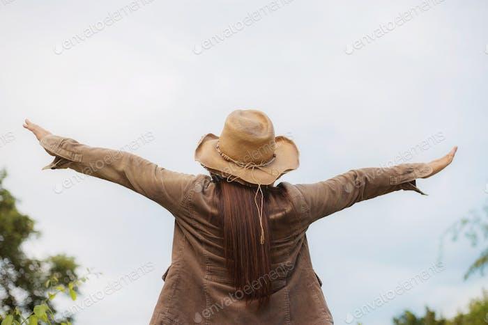 Mujer con Felicidad en la Naturaleza