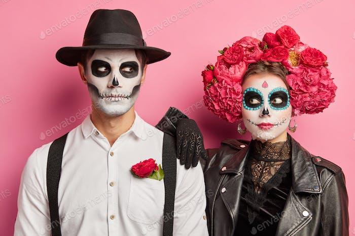 Horizontale Aufnahme eines gruseligen Paares in Toten-Tag gekleidet professionelle schreckliche Make-up-Pose eine