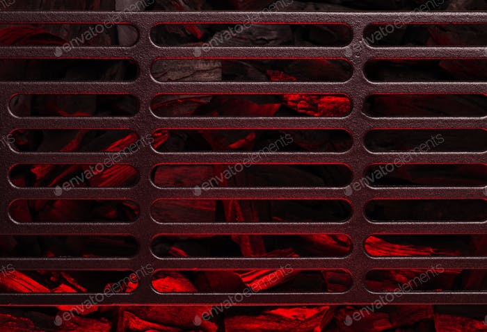 Metall-Grillrost über heiße Kohle