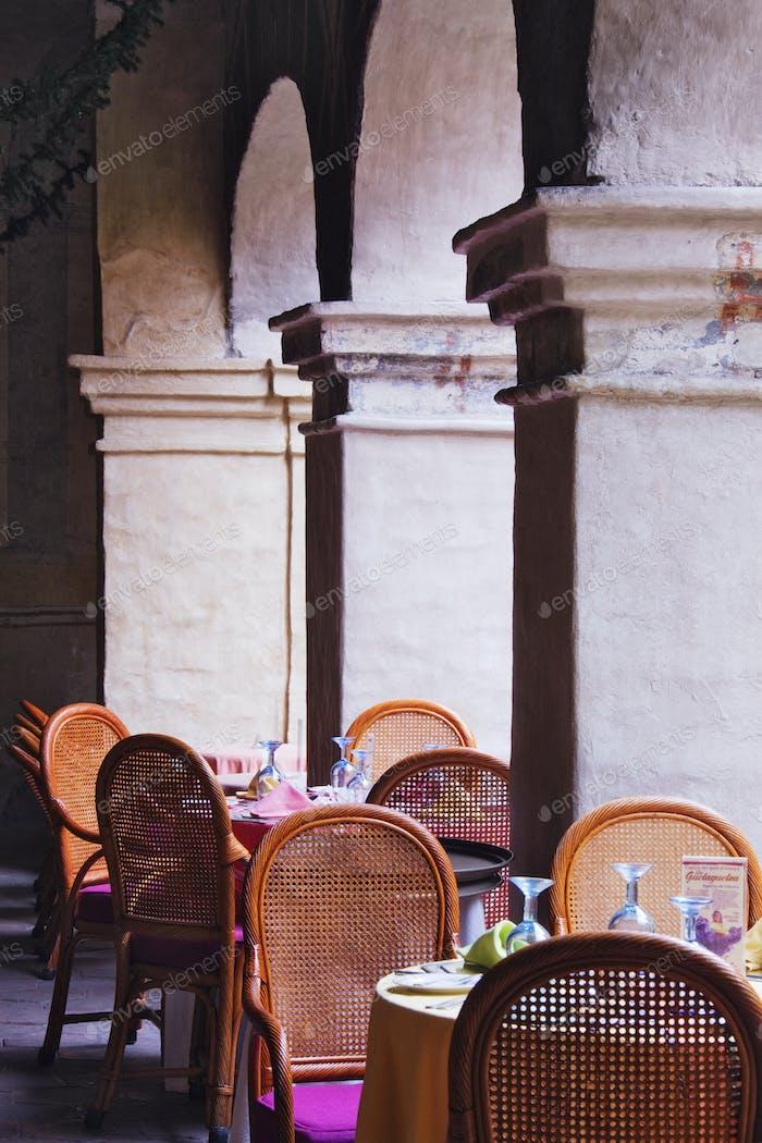Restaurant-Sitzplätze inmitten von Säulen
