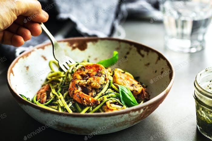 Zucchini Pasta mit Garnelen in Basilikum Pesto Soße