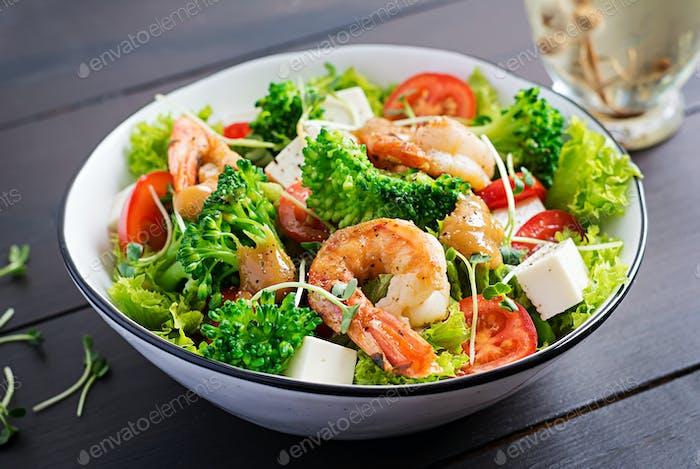 Delicious fresh salad with shrimps / prawns