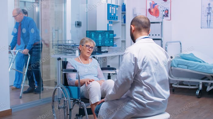 Behinderte ältere Frau im Rollstuhl suchen ärztliche Beratung