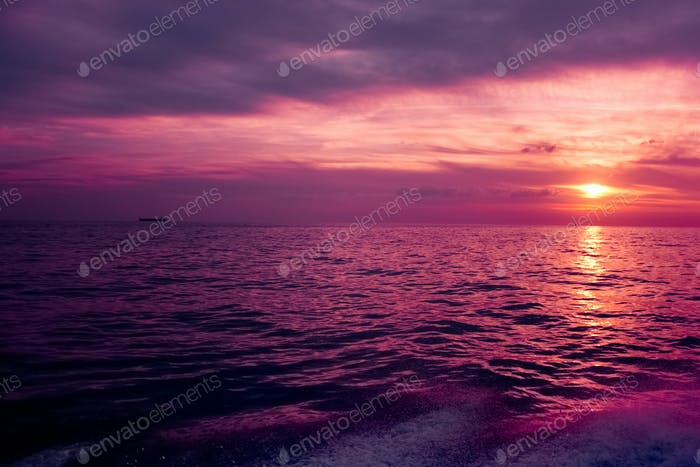 Lila Sonnenuntergang über dem Meer