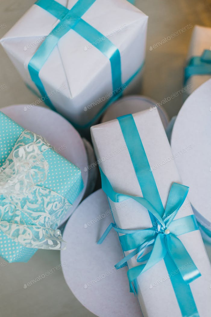 Weihnachtsgeschenke unter dem dekorierten Baum in blau