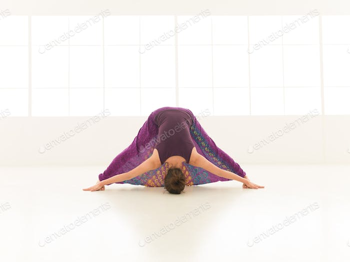 Demonstration schwieriger Stretching Yoga-Pose