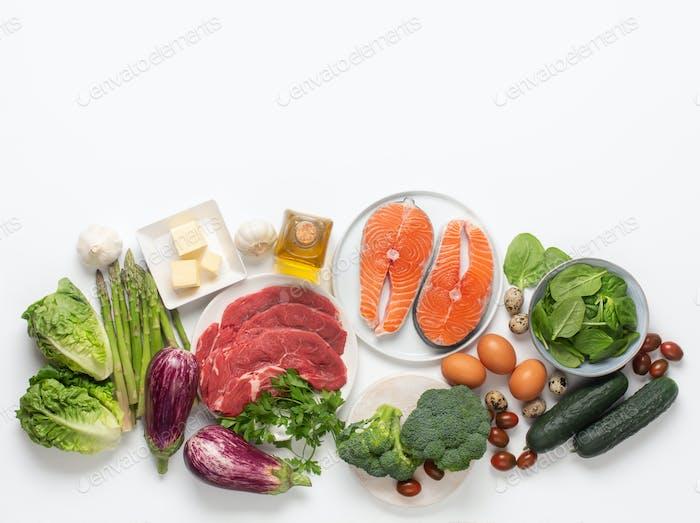 Atkins Diät Lebensmittelzutaten isoliert auf weiß, Gesundheitskonzept, Draufsicht mit Kopierraum