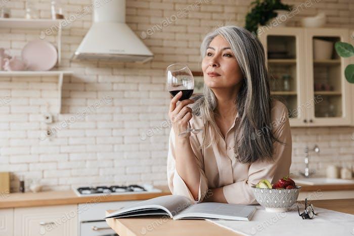 Erstaunlich hübsche Frau Wein trinken
