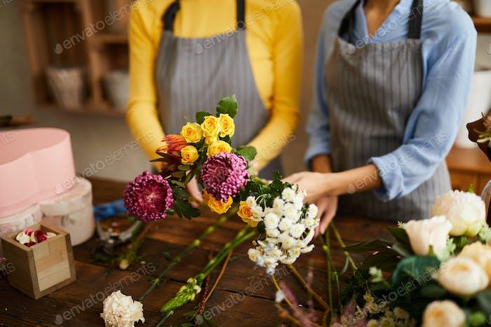 Zwei Floristen Arranging Blumen closeup