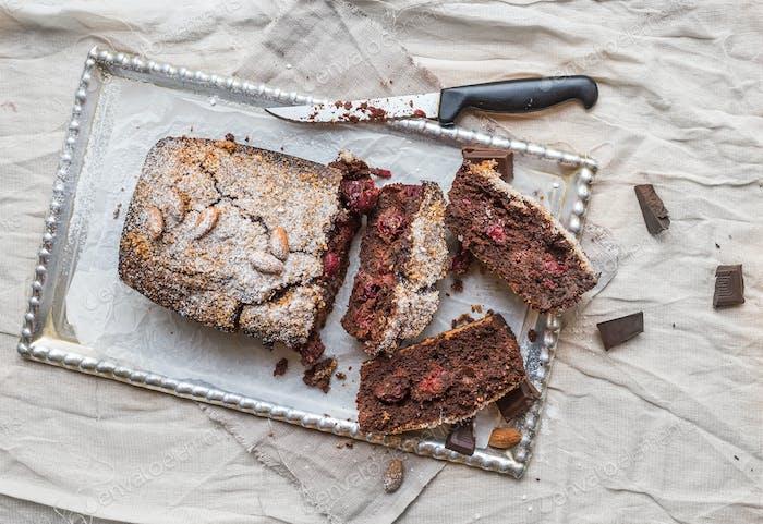 Kirschbrownie mit Mandeln und dunkler Schokolade in Stücke geschnitten