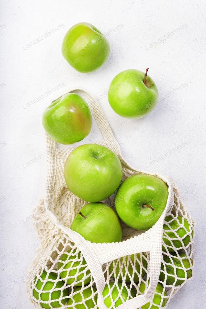 Bio-grüne Äpfel in wiederverwendbarem, umweltfreundlichem Netzbeutel