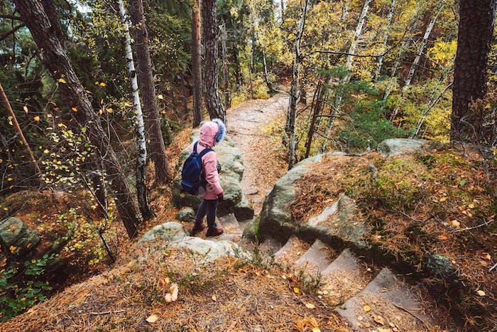 Erwachsene Frauen mit Rucksack auf Wanderweg im Wald. Reise-Lifestyle-Abenteuer-Konzept
