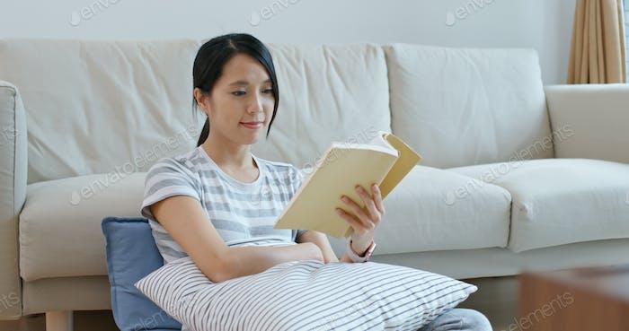 Frau lesen Buch zu Hause