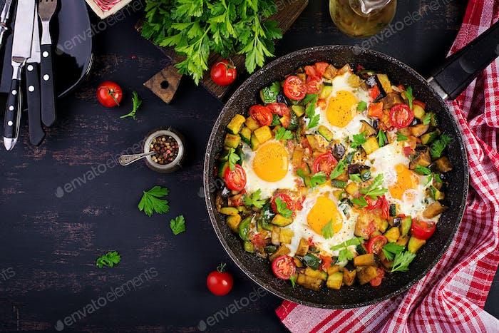 Spätes Frühstück - Spiegeleier mit Gemüse. Shakshuka. Arabische Küche. Koscheres Essen. Ansicht von oben