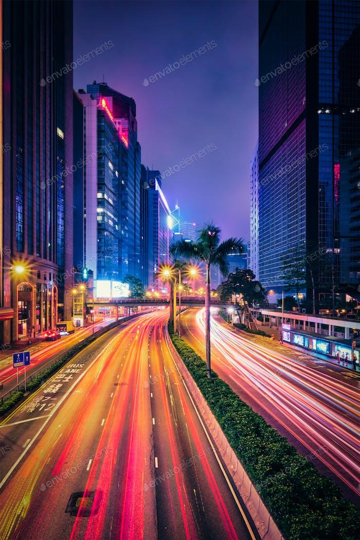 Straßenverkehr in Hong Kong bei Nacht