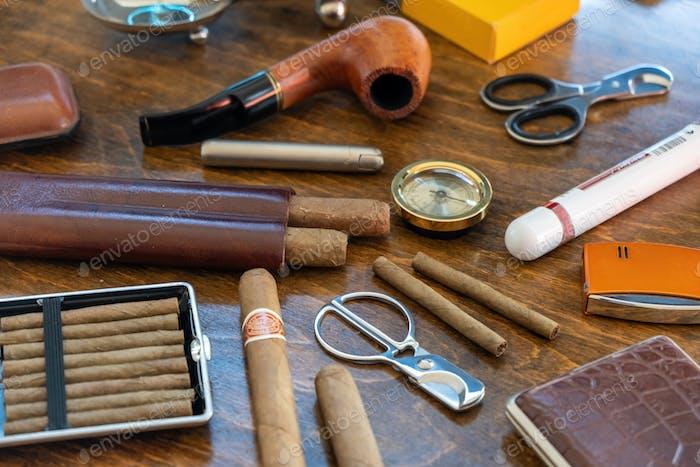 Smoking Tabak Set und Accessoires auf Holzschreibtisch
