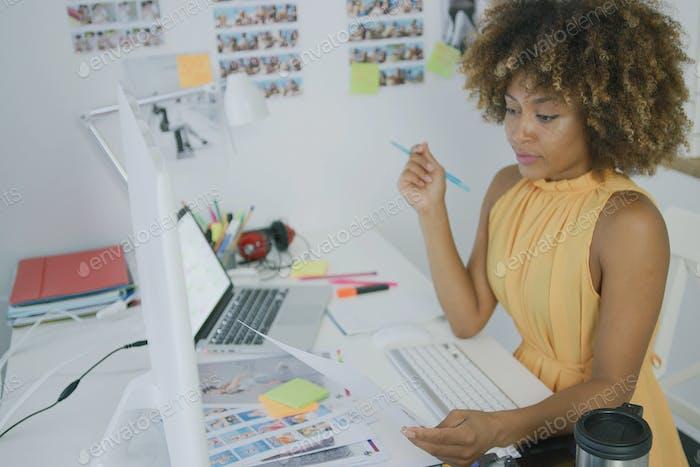 Stylischer Designer posiert auf dem Desktop