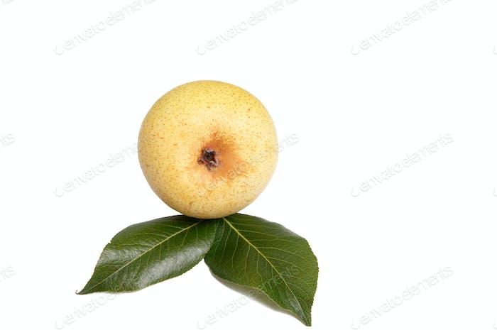 Leckere gelbe Birnen auf einem weißen.