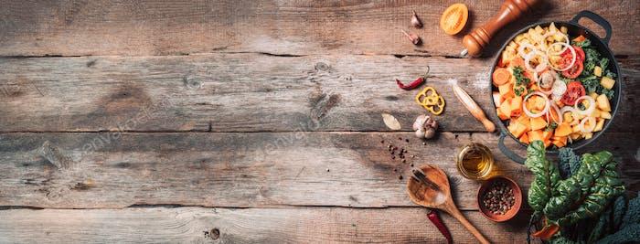 Bio-vegetarische Zutaten und Küchenwerkzeuge. Gesundes, sauberes Essen und Essen Konzept. Ansicht von oben