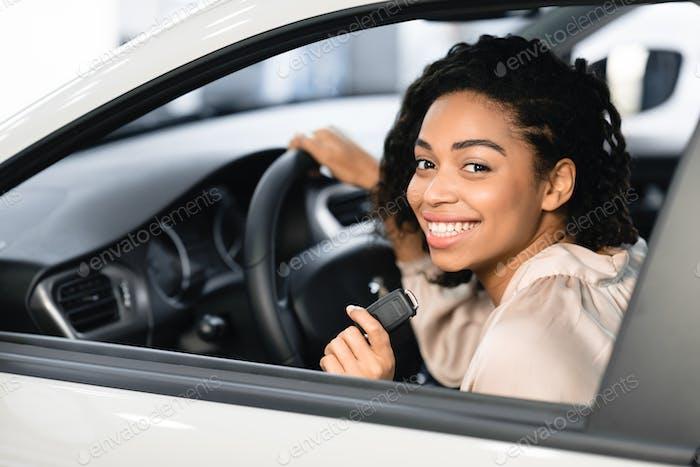 glücklich schwarz lady tun test fahren posieren sitzen in Automobil