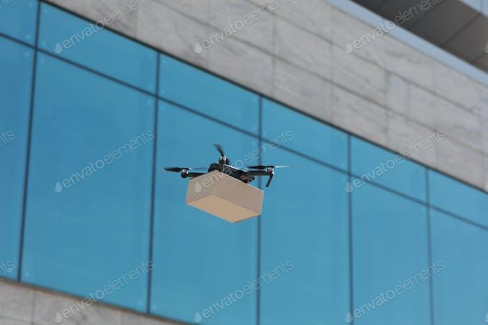 Moderner Quadrocopter macht Express-Lieferung von Pappe