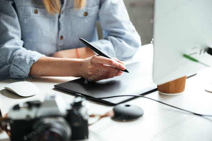 Abgeschnittenes Bild der jungen Frau Arbeit im Büro