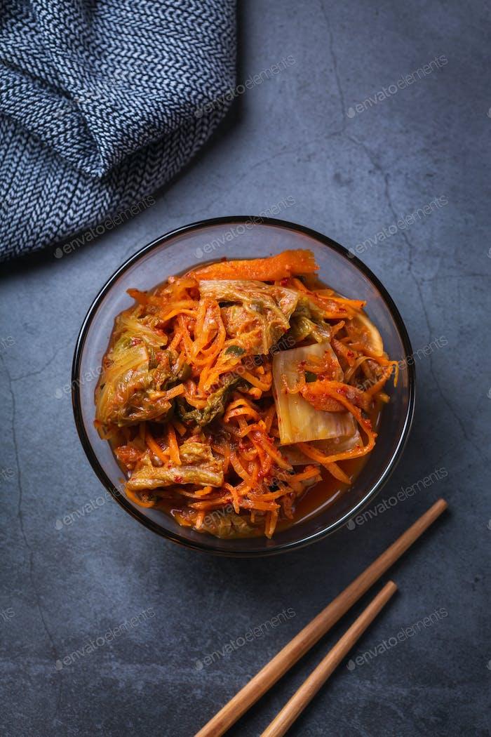 Hausgemachter koreanischer fermentierter Kimchi-Kohlsalat, veganes,