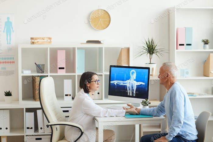 Arzt Untersuchung Seniorenpatienten in der Klinik