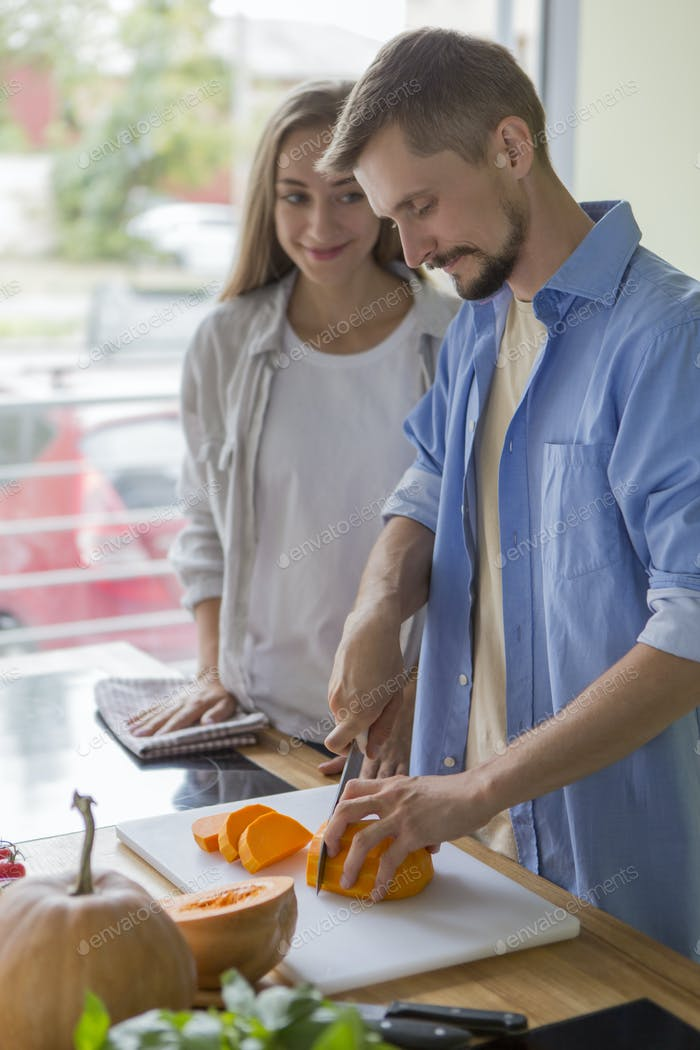Glückliches vegetarisches Paar Kochen von gesunden Produkten