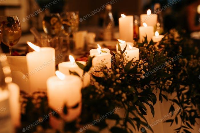 festliche traditionelle Kerzen auf dem Tisch