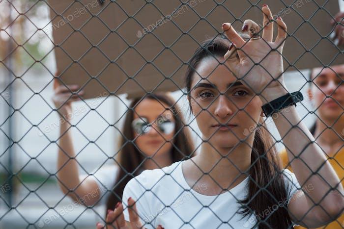 Grupo de mujeres feministas protestan por sus derechos al aire libre