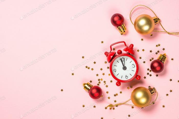 Weihnachten flach lag Hintergrund mit roter Uhr und Dekor auf rosa