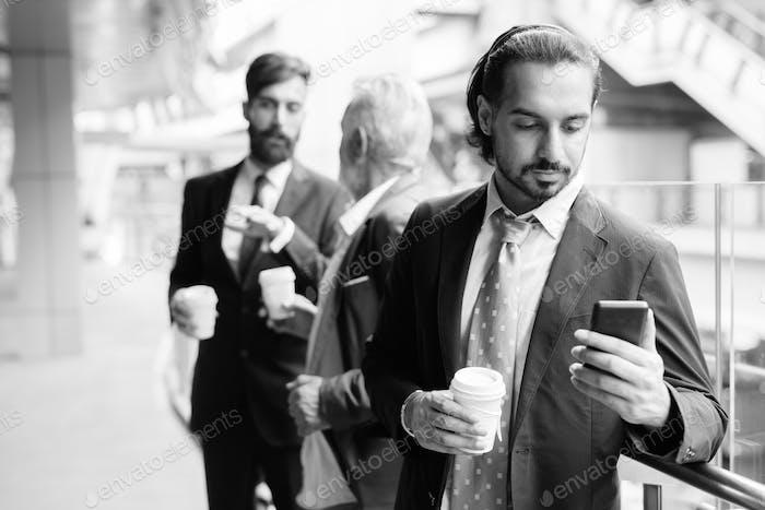 Многоэтнические бородатые бизнесмены вместе по городу