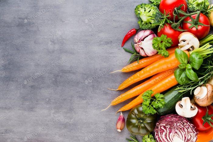 Flache lag von verschiedenen bunten rohen Gemüse.