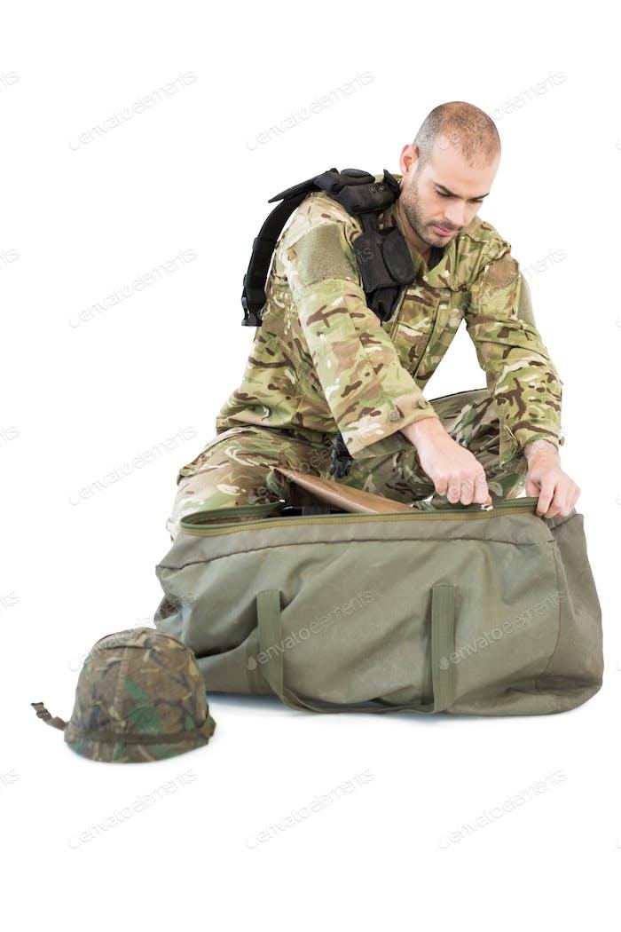 Solider packt seine Tasche