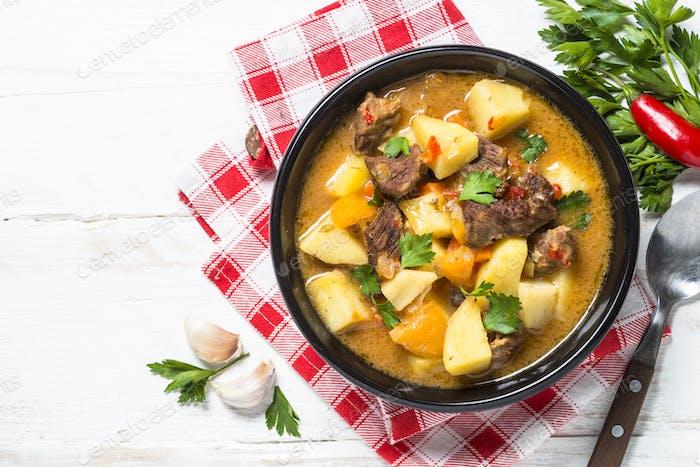 Rindfleischeintopf mit Gemüse (Gulasch) Karotten, Pototo und Kürbis