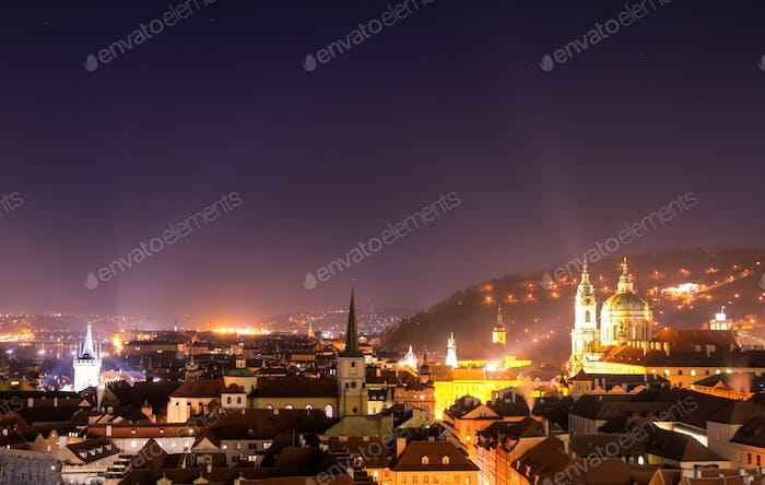 Kleinstadt und Turm der St. Nikolaus-Kirche während der klaren Nacht. Prag, Tschechische Republik.