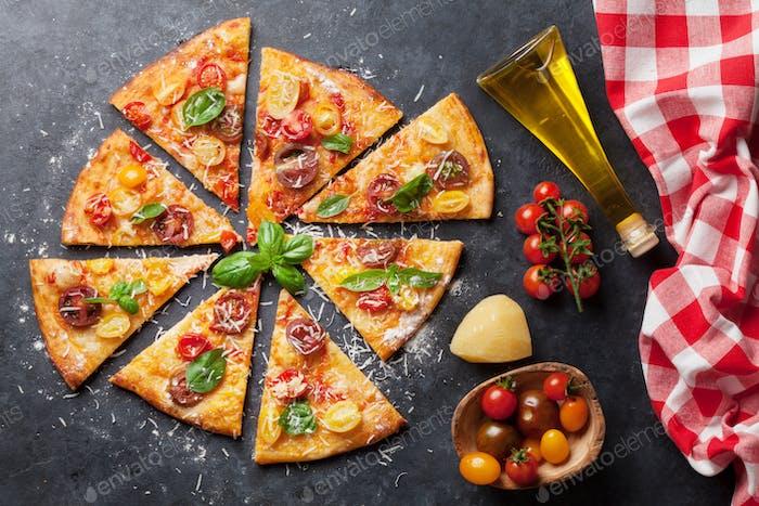 Pizza con tomates, mozzarella y albahaca