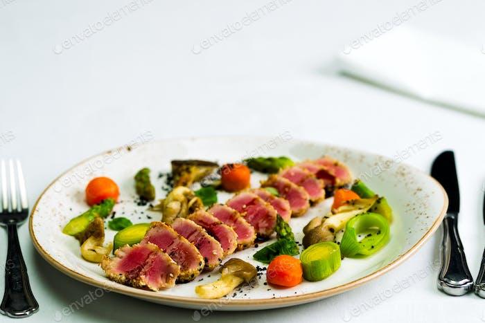 Meeresfrüchtesalat mit Thunfisch auf weißem Hintergrund Tischdecke