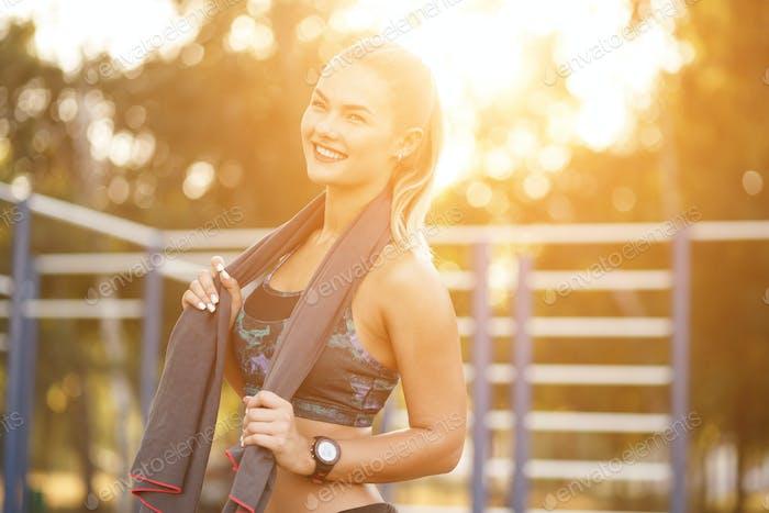 Sport Frau verwenden Handtuch